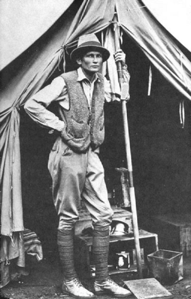 Hiram Bingham vor seinem Zelt in Machu Picchu 1912