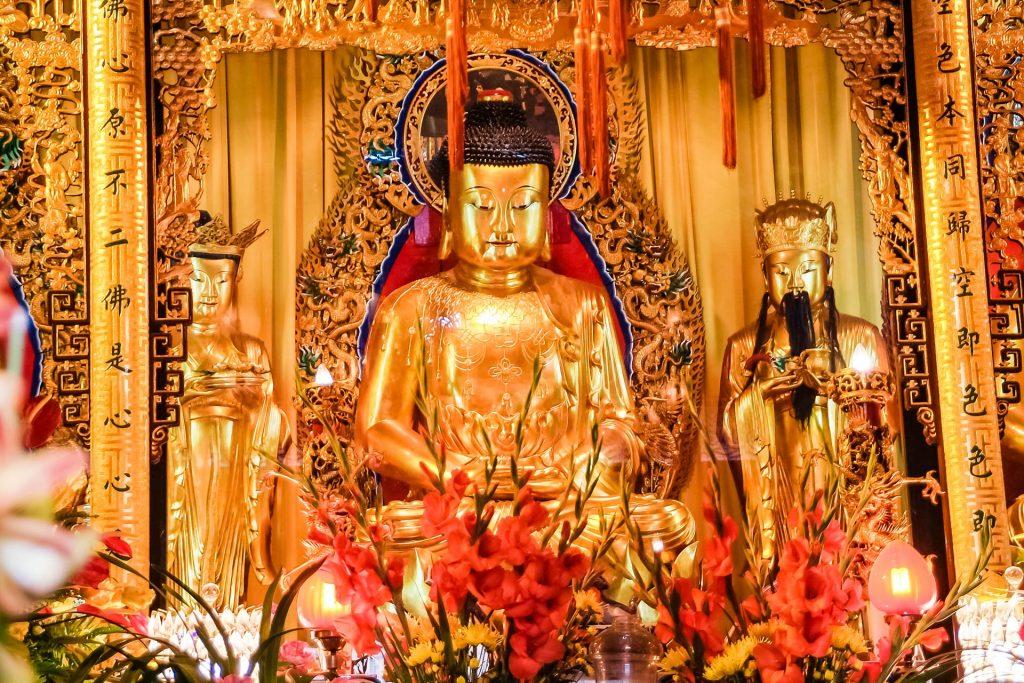 Drei Buddhafiguren im Po Lin Kloster auf Lantau