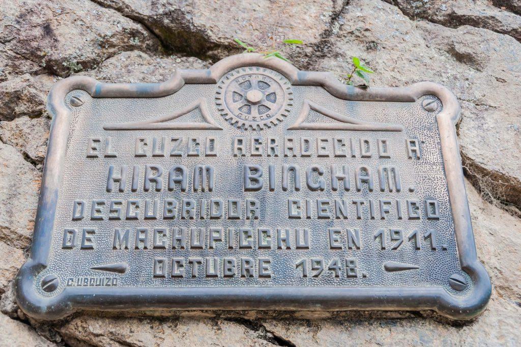 Gedenktafel für Hiram Bingham in Machu Picchu