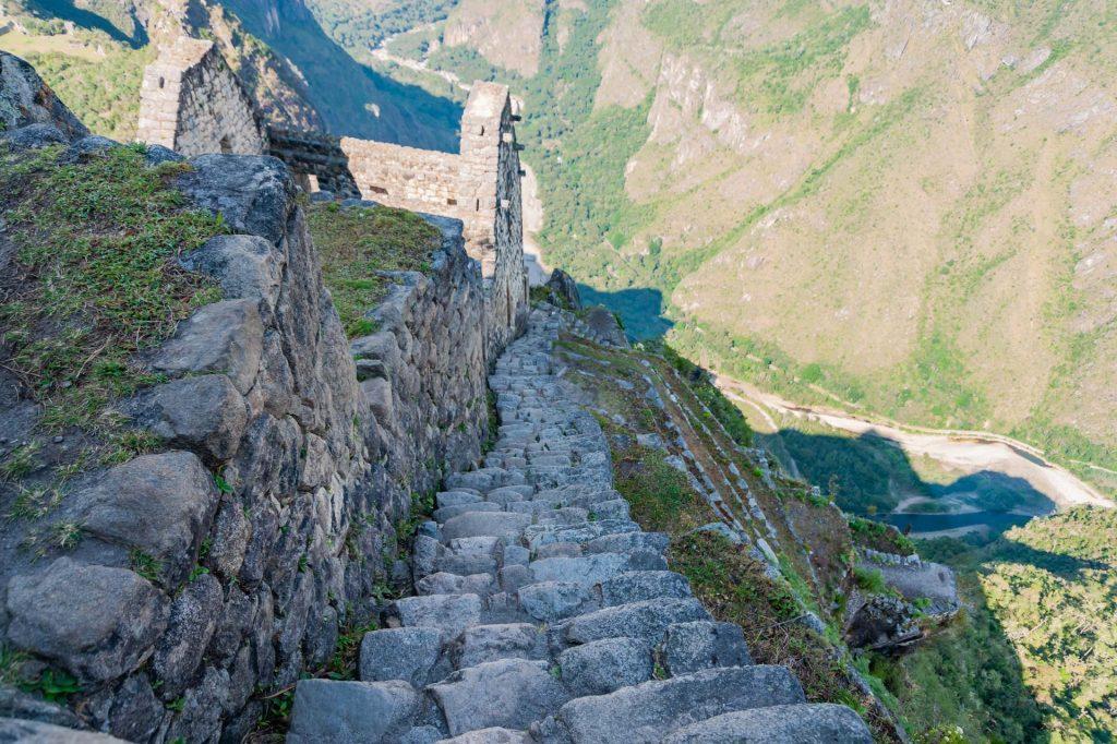 Treppe zum Gipfel des Huayna Picchu in Peru
