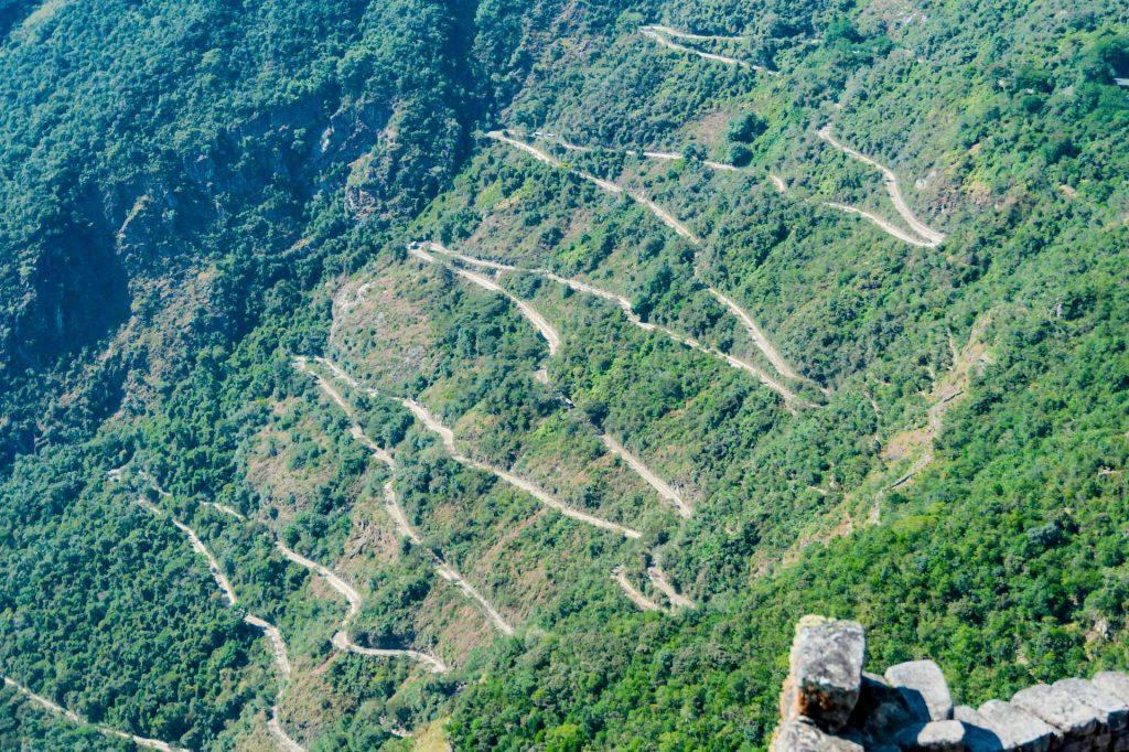 Serpentinenstrasse nach Machu Picchu in Peru