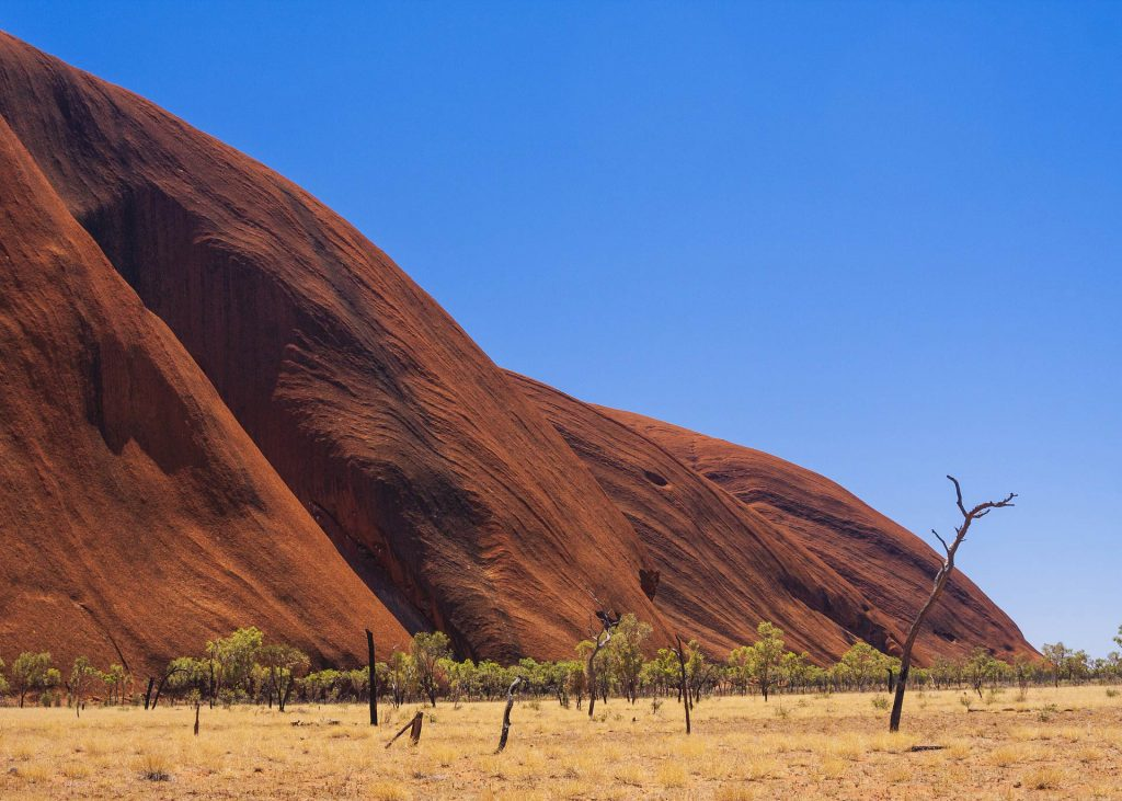 Am Fuss des Uluru in Australien