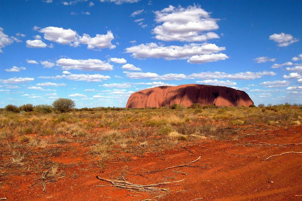 Ayers Rock (Uluru) mit Licht und Schatten
