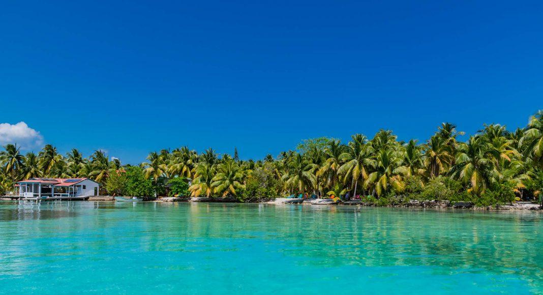 Küste von Southwater Caye am Pelican Beach Resort in Belize