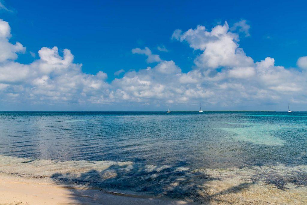 Strand auf Southwater Caye im Pelican Beach Resort