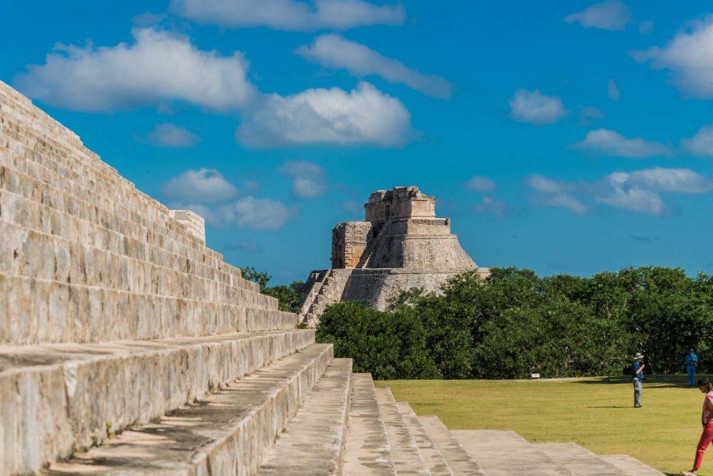 Blick vom Gouvaneurspalast auf die Adivino-Pyramide