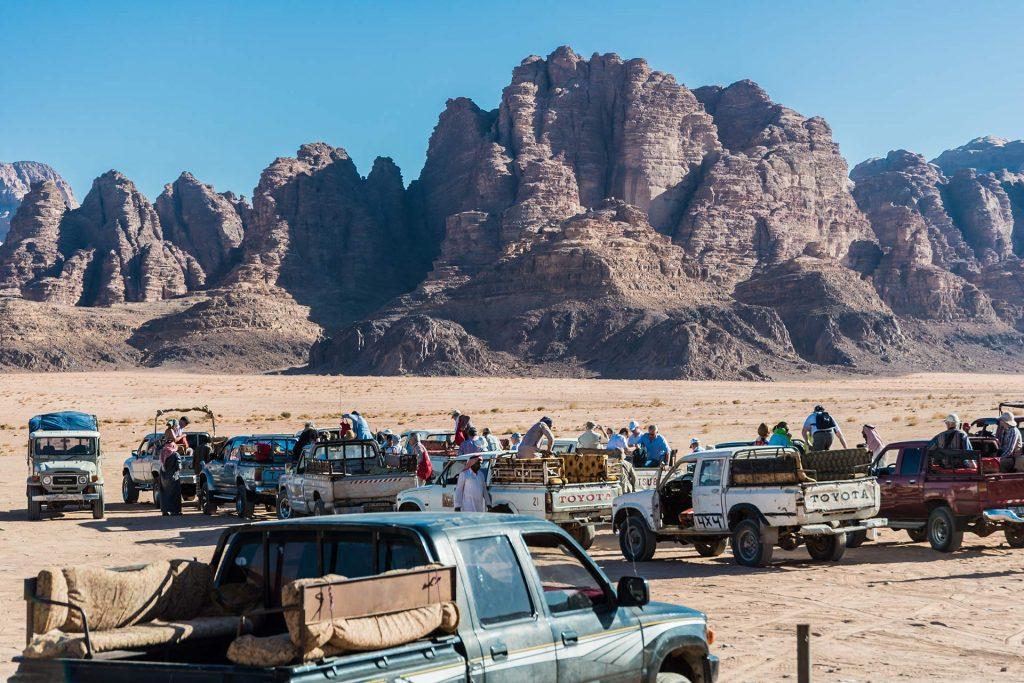 Jeeps warten auf Besucher am Visitor Center