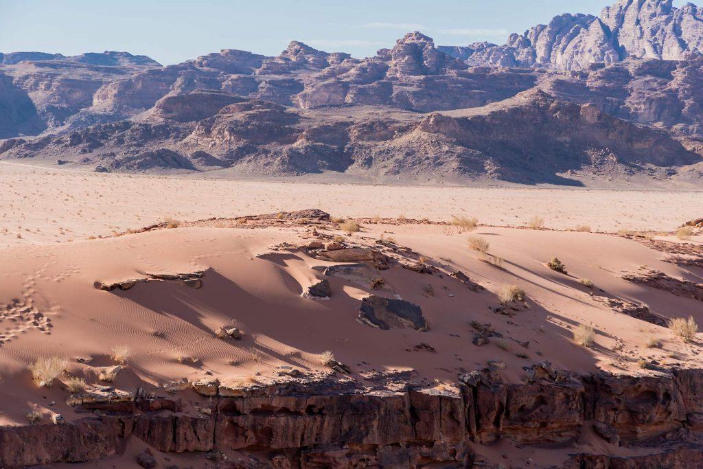 Blick auf Sanddünen und den Jebel Rum