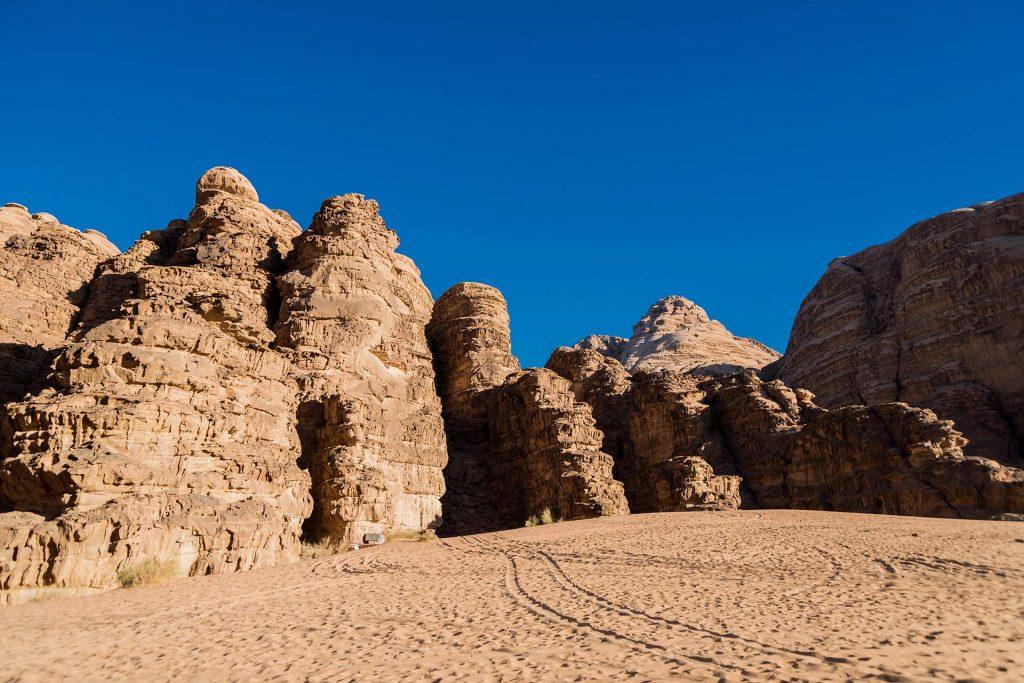 Sand und Felswände im Wadi Rum