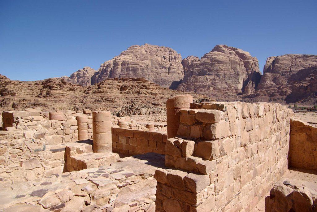 Nabatäer Tempel nahe dem Dorf im Wadi