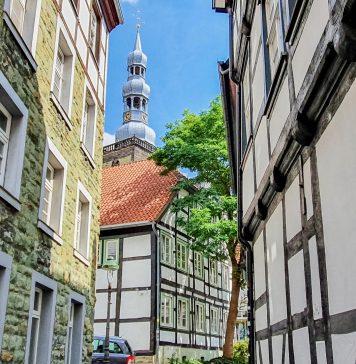 Strasse mit Blick auf St. Petri in Soest