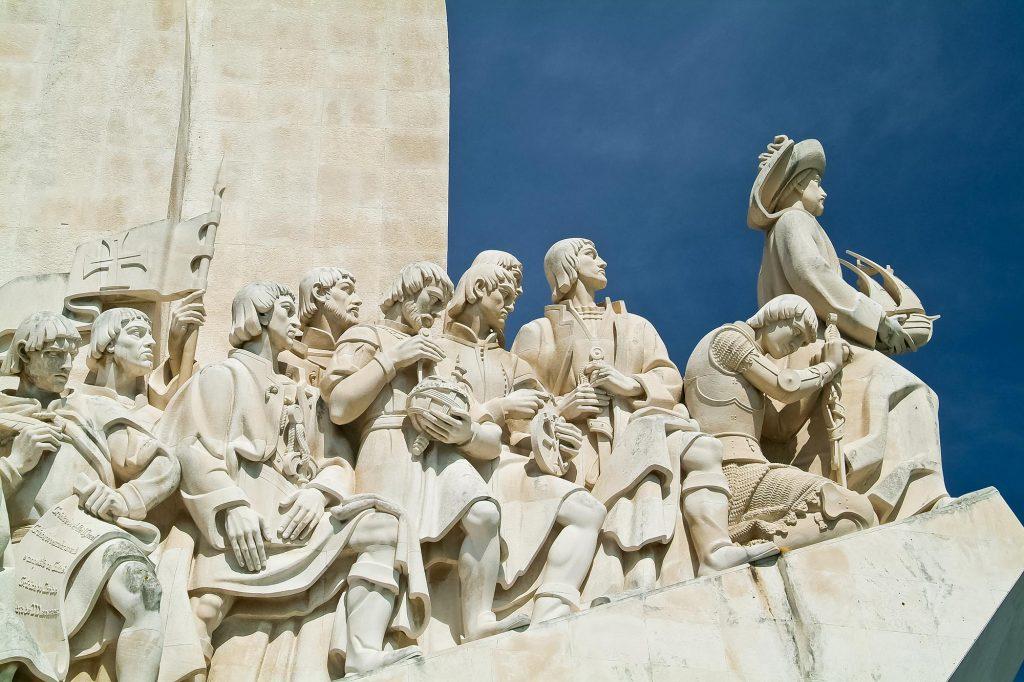 Figuren auf dem Denkmal der Entdeckungen in Lissabon