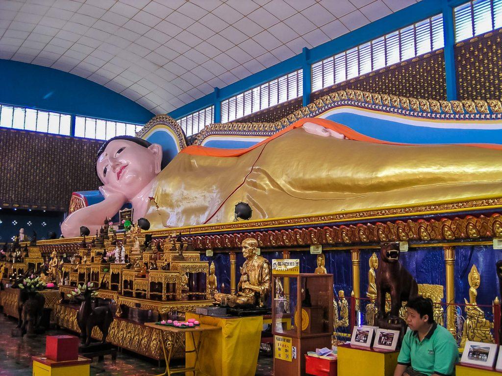 Liegender-Buddha-im-Wat-Chaiyamancalaran-auf-Penang