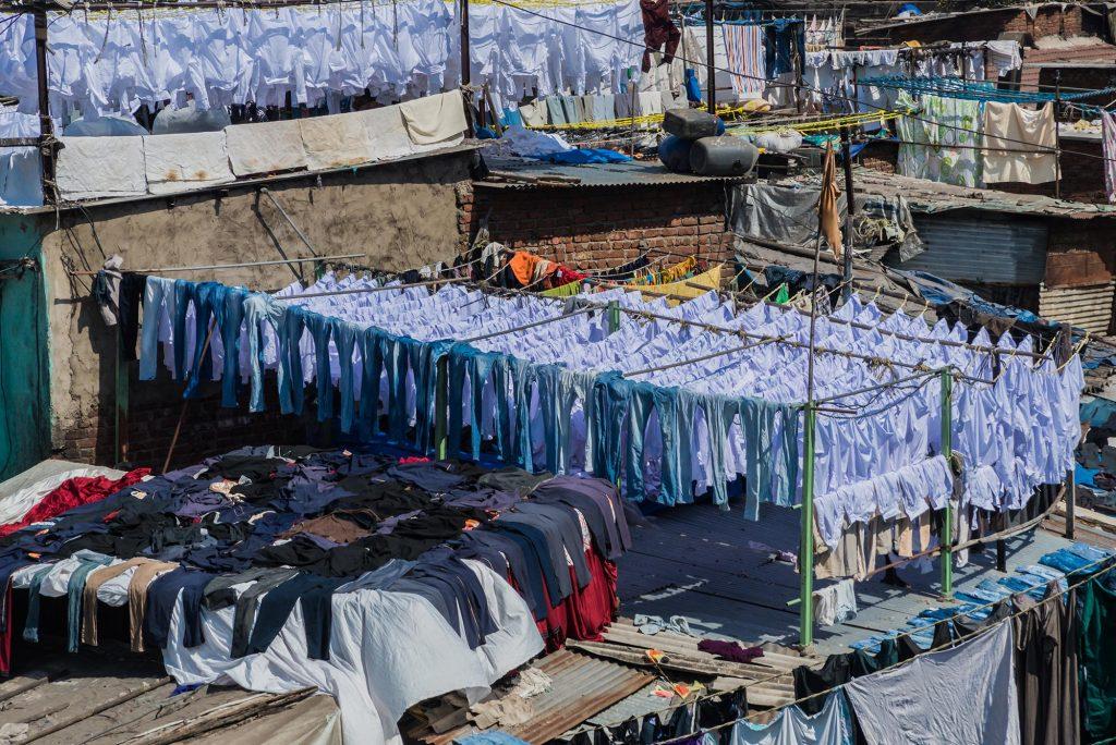 Uniformhemden in der Open-Air-Wäscherei in Mumbai