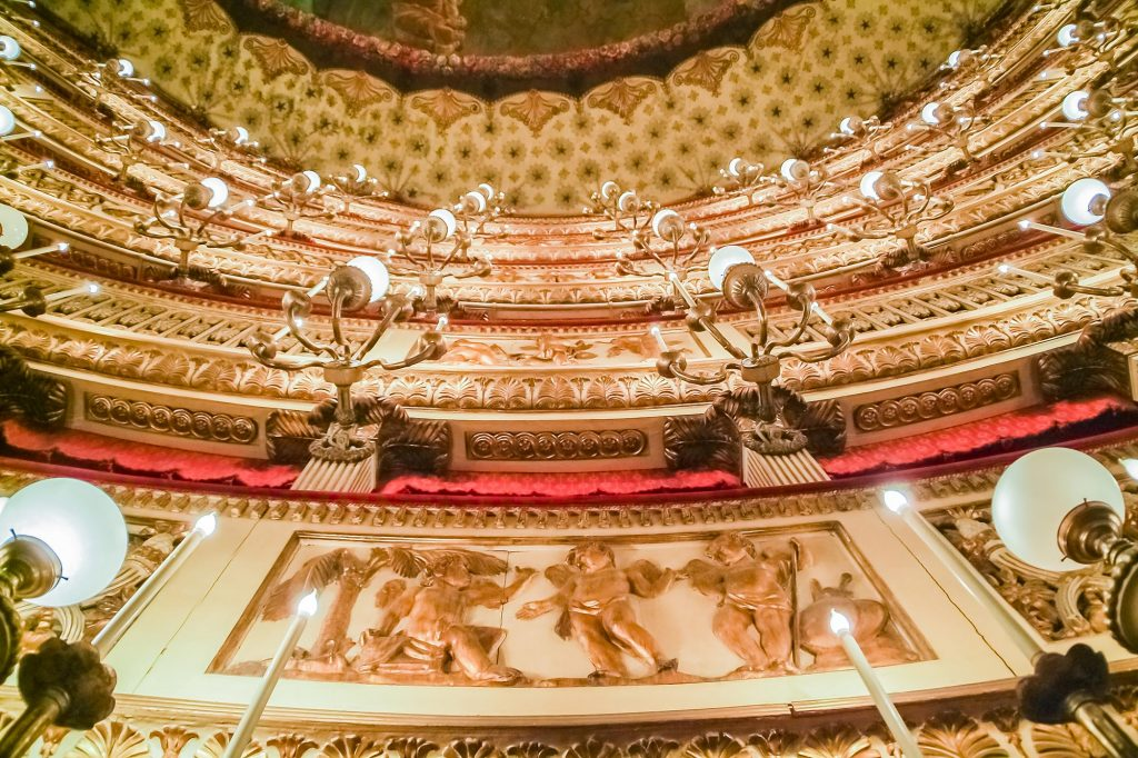 Wandschmuck-im-Teatro-di-San-Carlo-in-Neapel