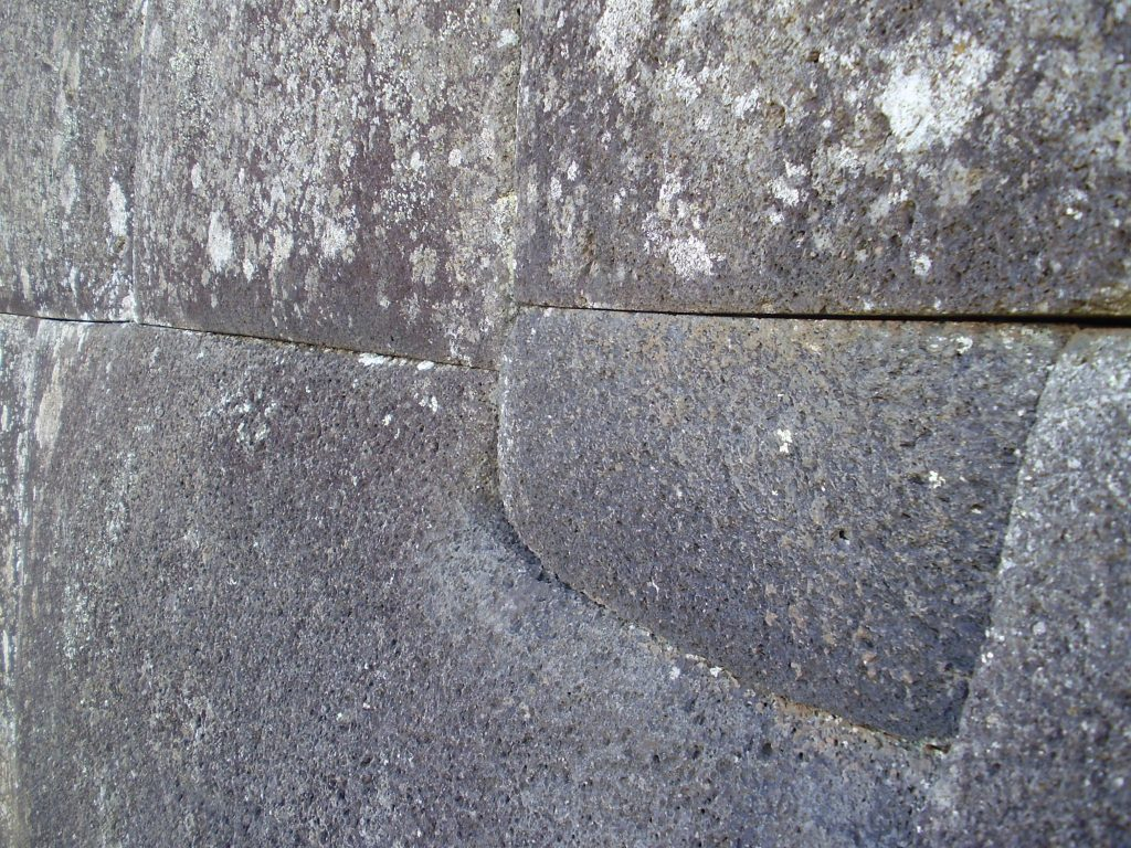 Präzise Steinmauer auf der Osterinsel (Ahu Vinapu)